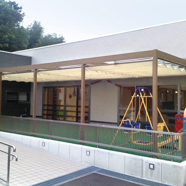 教育施設の日よけにフレーム・ポーチ壁付タイプとロープ式開閉シェードを使用