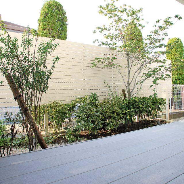 エバーアートウッドの豊富なカラーで白い木目柄の板塀をつくる