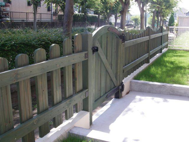 天然の木製ゲート グリーン別注塗装で落ち着いた印象に
