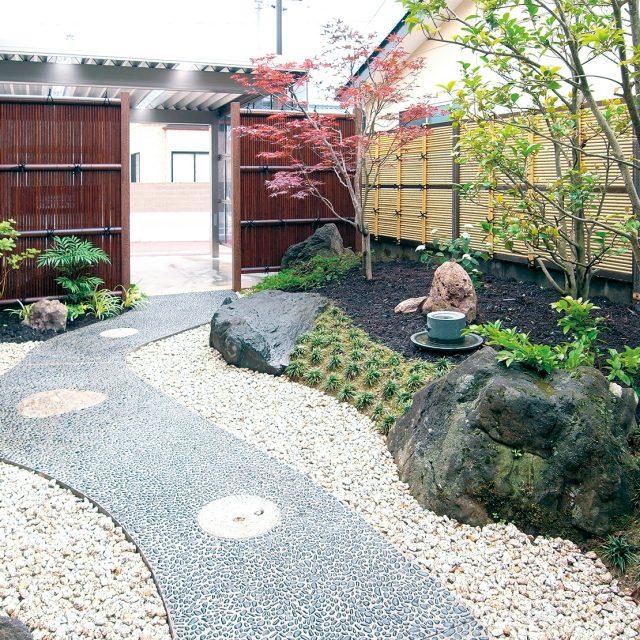 ネットストーン(青玉)のアプローチは、和の庭にもよくなじみます