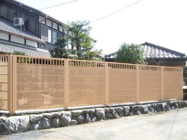 京町家カラーの中では明るい枯れ色の糸屋格子を使って、和の庭を明るく