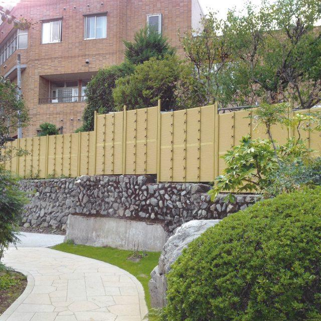 公共施設の目かくしに、e-バンブーユニットみす垣を使用した現場