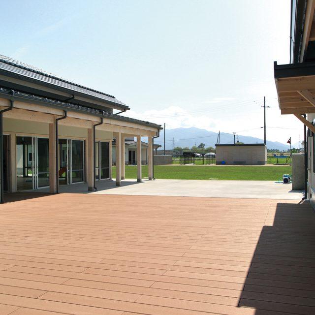 教育施設にエバーエコウッドⅡデッキを使用した現場