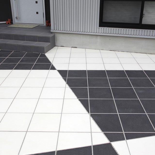 黒と白のカラーで床面をデザイン。表面に滑り止め加工を施したセラ クラシック