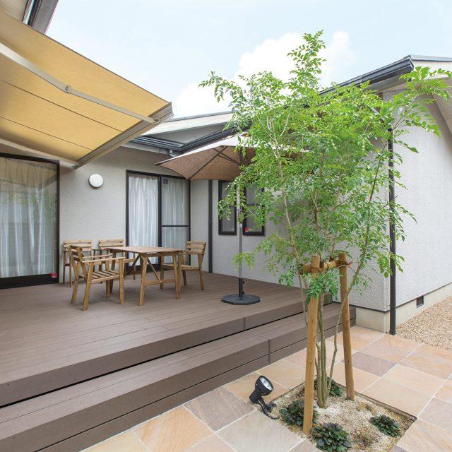 屋外と屋内のほどよいつながりが心地よいデッキ空間