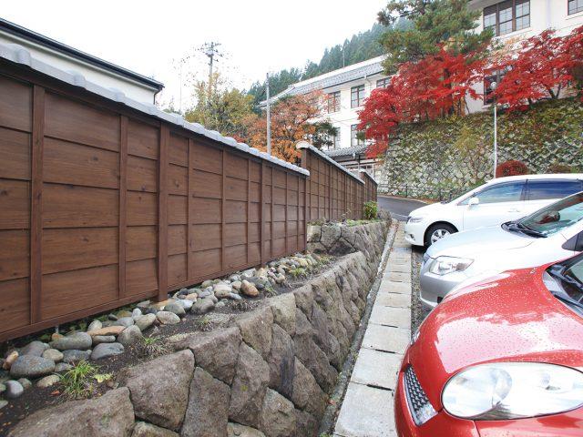 公共施設の駐車場前にエバーささら格子 下見塀ボードを使用した現場