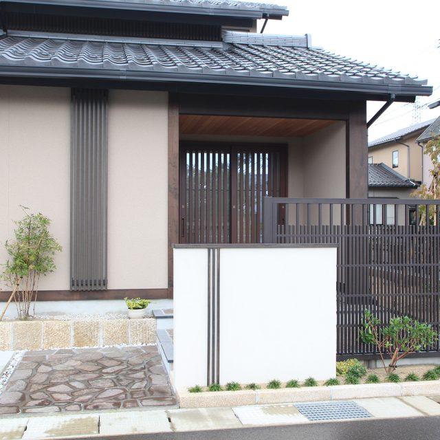 門まわりの笠木、壁貼用格子材、エバースクリーン京町家シリーズ 3タイプともカラーはブラックエボニー