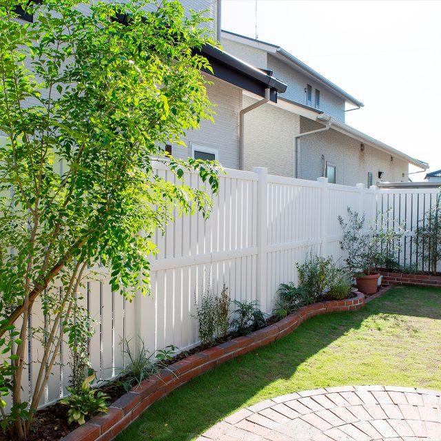 洋風の庭を彩る格調高いロイヤルフェンス