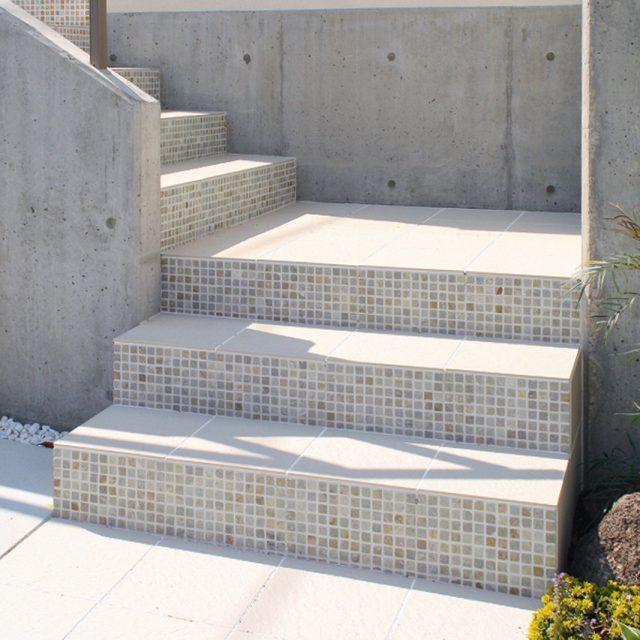 階段の蹴上げ部分をユニットボーダー モザイクで装飾