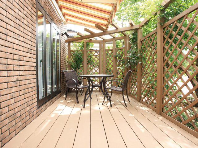 デッキ表面の温度上昇を軽減させる人工木材です