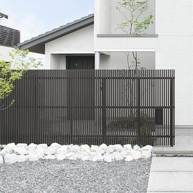 白壁と相性も良い落ち着いた色あいの京町家かきちゃ。千本格子の目かくしフェンス