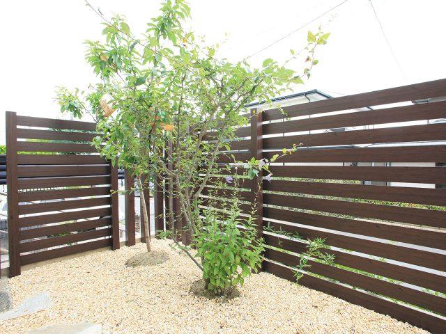 アルミラウンド板を使ったe-ART WOODフェンスは、植栽とも調和します