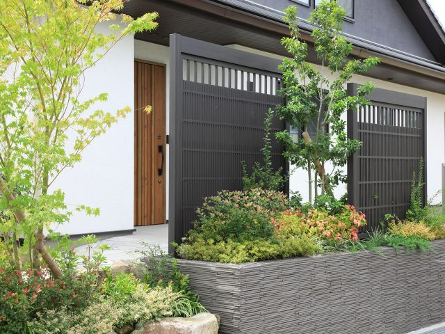 玄関扉の目かくしに。立体構成が糸屋格子を引き立てます