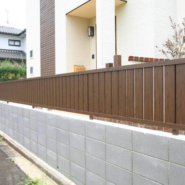 高さを抑えた縦貼フェンスは洋風の建物にも調和