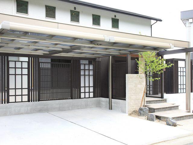 しっとり落ち着いた京町家をイメージ。数種類のパネルを組み合わせた好例