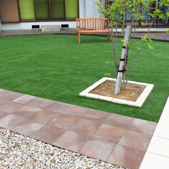 透水性人工芝プラッシュタイプ。タイルとの相性も良くアプローチを引き立てます