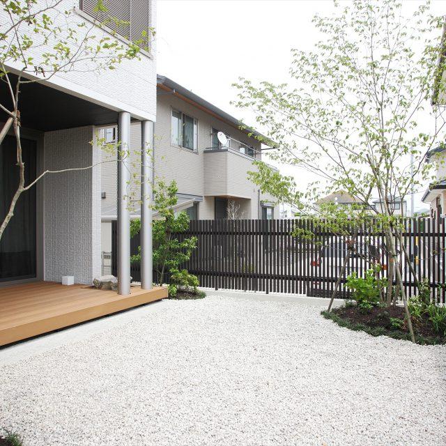 圧迫感を抑えたローフェンスで庭空間を囲む