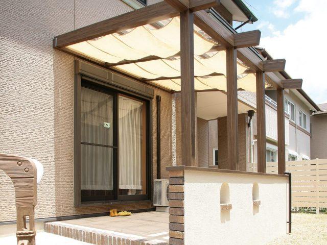 建物の躯体に直接取り付ける壁付けタイプ。側面パネルがないので開放的に使えます