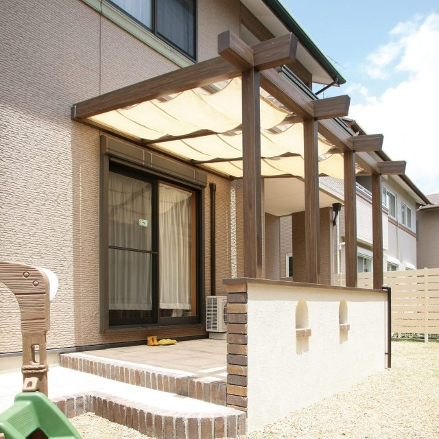 前面、側面パネルがなく屋根を前柱で支えたオープンテラスタイプ