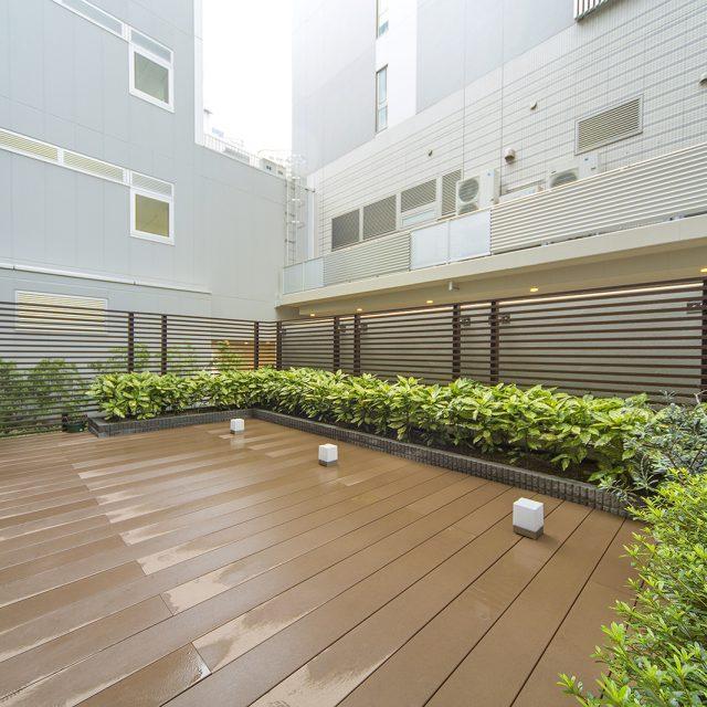 木目調フェンスが植栽とよく調和します