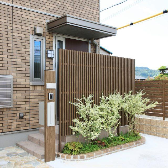 建物の外壁に調和したカラーで玄関まわりをコーディネート