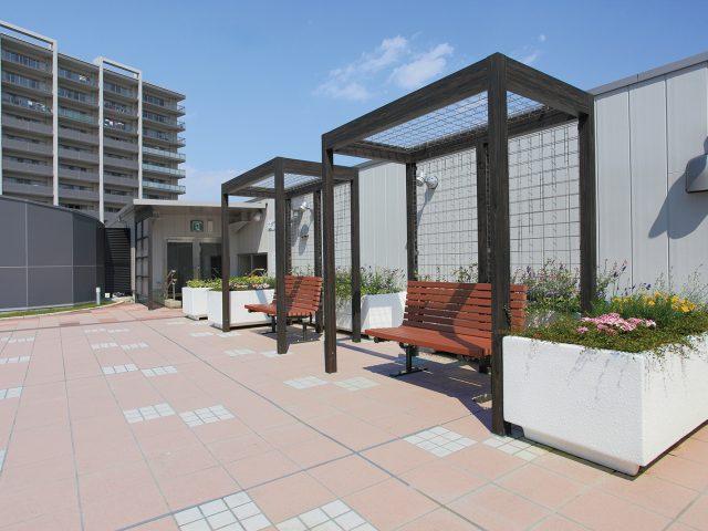 フレーム・ポーチ独立タイプとトレメッシュフェンスを組み合わせた休憩所
