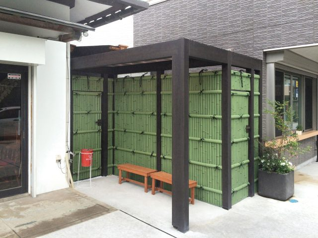 喫煙スペースにホームヤードルーフシステム ルーフ 屋根シングル仕様を使用した現場