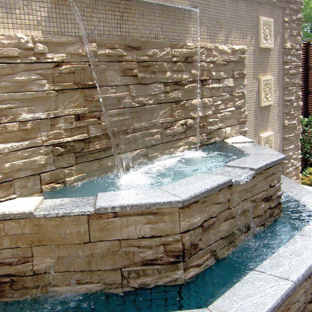 水の音と動きを楽しむ壁泉の演出