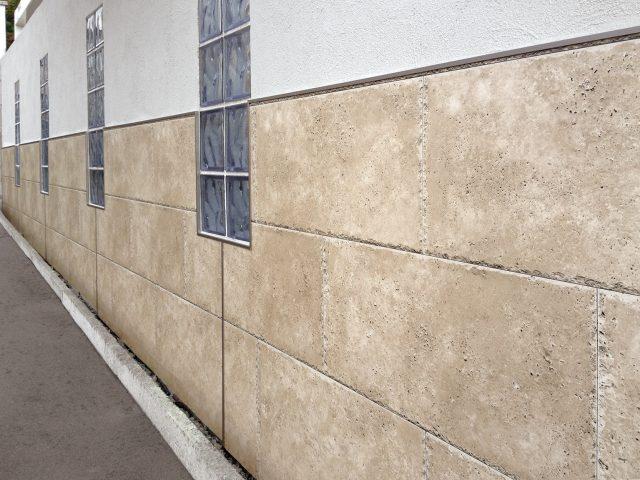 既存の塀を躯体そのままに、エバーアートボードを使ってリフォーム