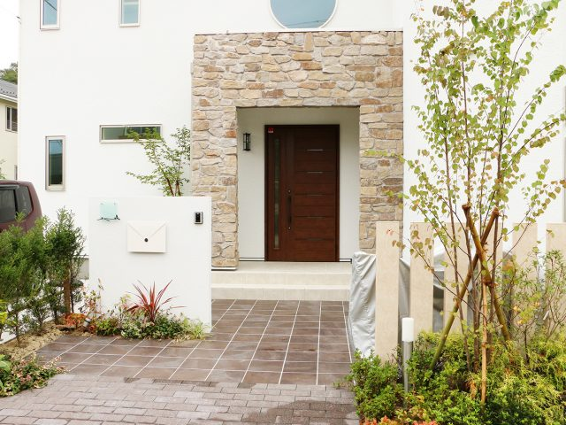 門まわりに石柄のスリット格子材を。植栽とも調和します
