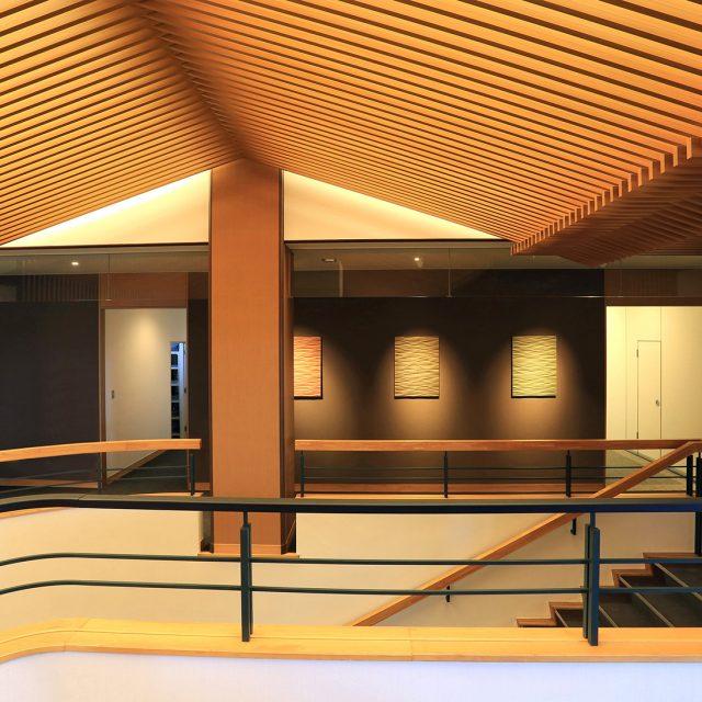 天井部に木目調のアルミ格子材を使って温かみのあるデザインに