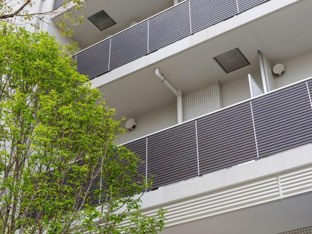 エバーアートウッド手摺りで建物に木柄のアクセントを