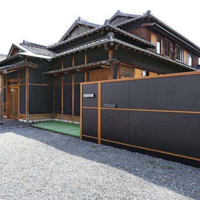 しっとり落ち着いた和風建築に、メタルカラーをコーデネート