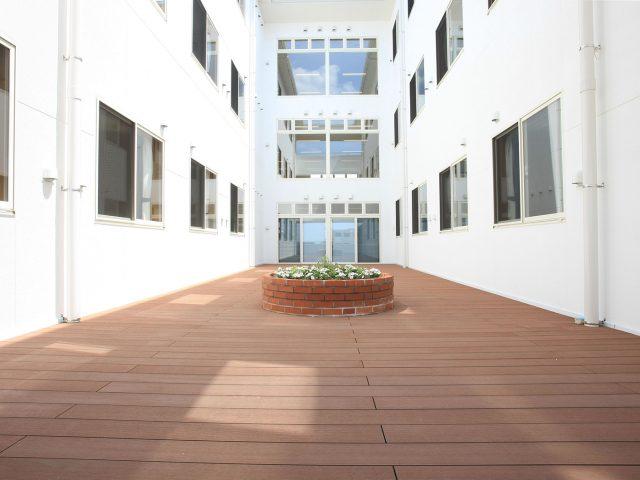 医療・福祉施設の中庭全体をエバーエコウッドCONTRACTデッキで