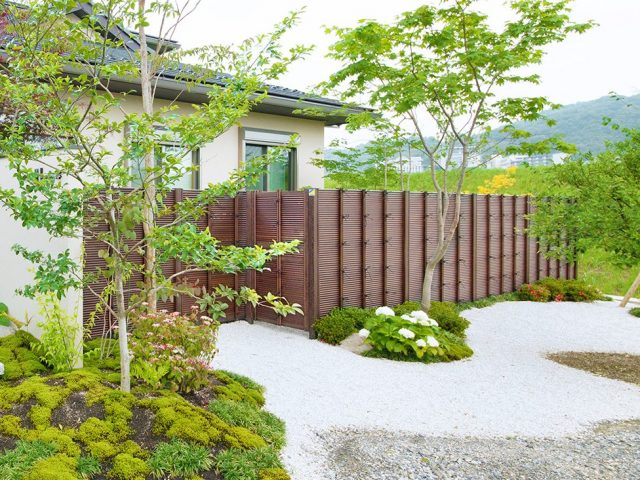 みす垣で作る庭扉とみす垣フェンスが一体的に。風通しも良いエコ竹みす垣