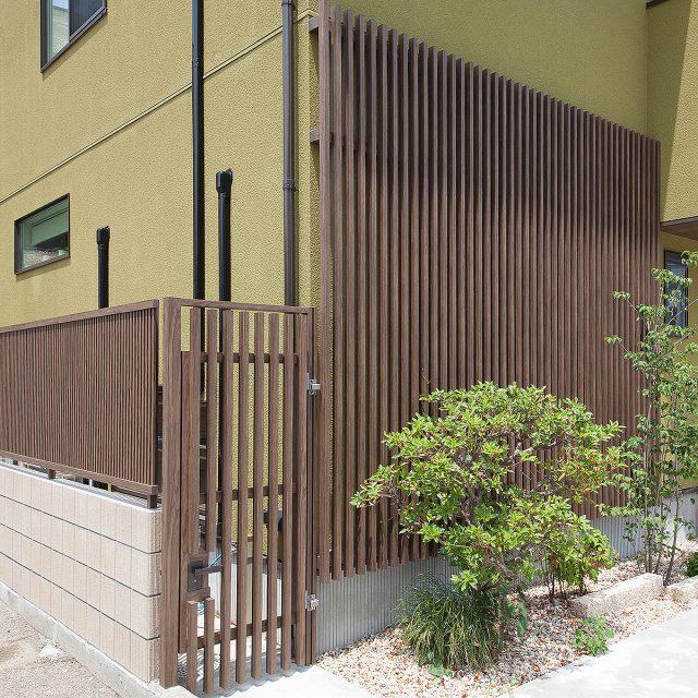 こだわり板を使って路地塀と板塀扉をコーディネート