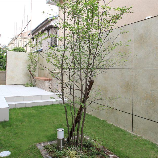 植栽との相性がよい天然石柄の目かくしフェンス