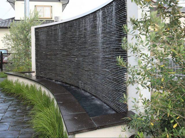 壁泉をつくり心地よい水の音を楽しみます
