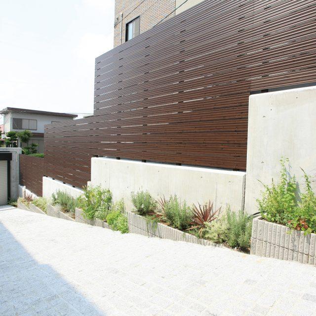 「こだわり板」を使った板塀フェンス。適度な風通しと目かくしに