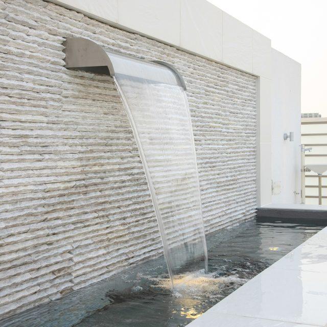 美しい水の流れを楽しむ壁泉。ウォーターライトで夜間も楽しめます