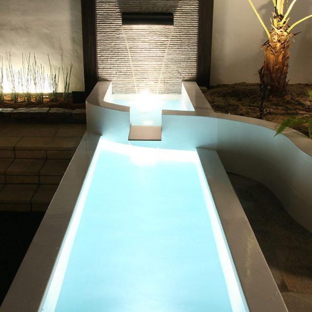 ウォーターライトで水面と壁泉をライトアップ。癒やしの空間に