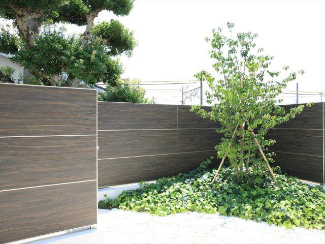 植栽との相性も良いスタイリッシュなフェンスでアーバンスタイルに