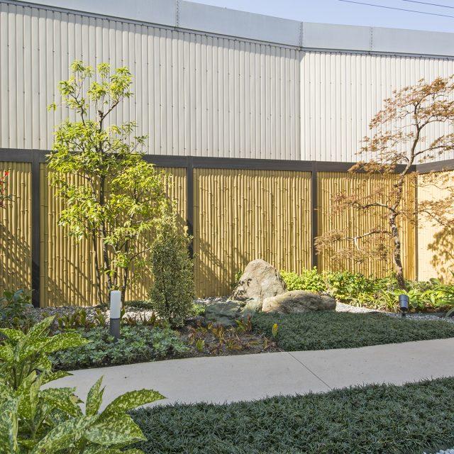 和風の庭の背景に。モダンな要素も兼ね備えています