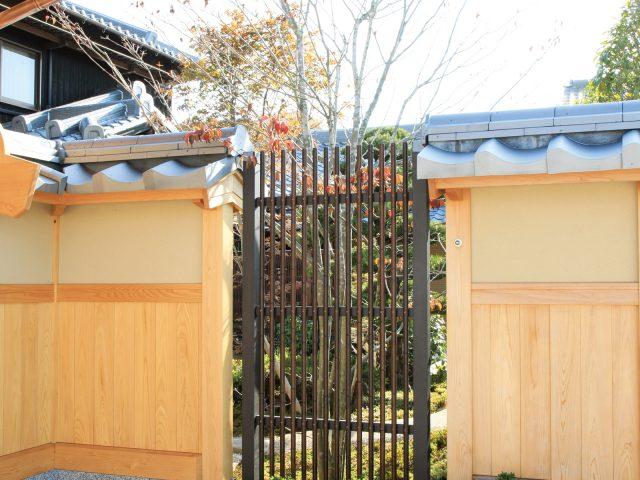 細い竹を使った縦格子のデザインが繊細な印象を与えます
