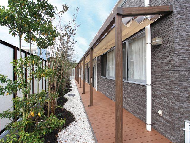 福祉施設の外庭通路にSポーチ壁付タイプを設置