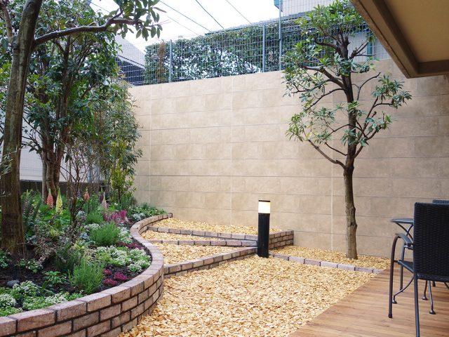 壁面をタイル貼りでリフォーム。庭が明るくなりました