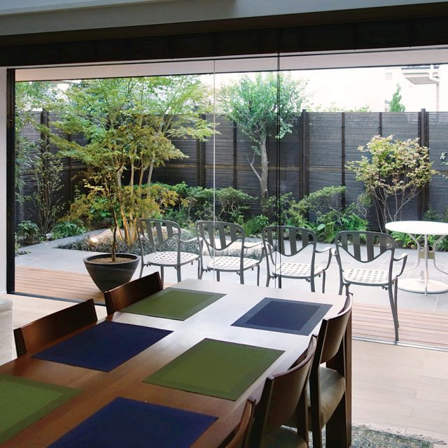 大きな窓から見えるダイナミックな和モダンの庭
