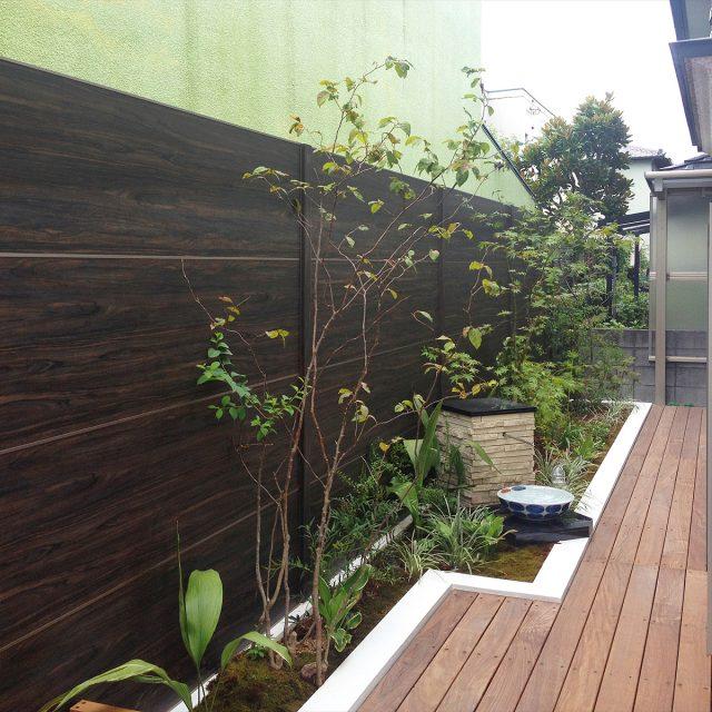 濃色の木柄目かくしフェンスでモダンな空間に