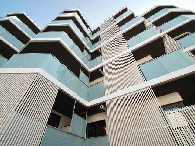 マンションや集合住宅、店舗などの外壁にエバーアートウッドを使用する