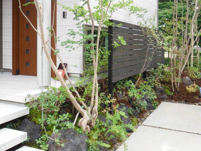 自然樹形の庭のアクセントとなるフェンスをアジアンブラウンで塗装した天然木材のタンモクウッドで製作